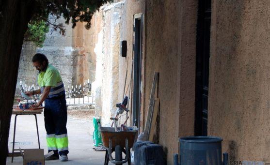 Un empleado municipal trabajando en el cementerio. / Ayto.