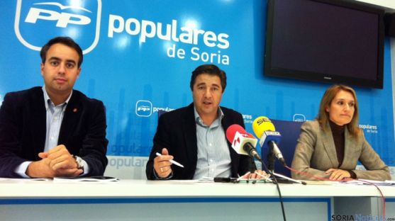 Rocío Lucas, junto a Jesús Peregrina (ctro.) e Ignacio Soria esta tarde.