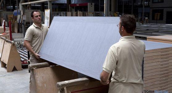 Empleados en la factoría pinariega tras su nueva andadura. / ND