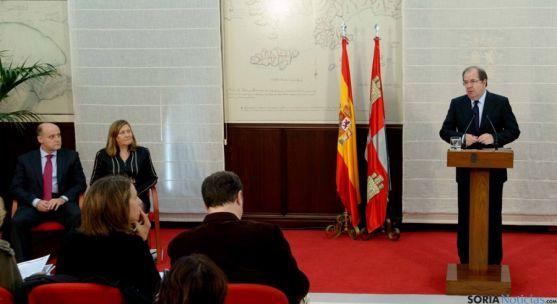 El presidente Herrera, a la derecha, en la presentación de los Presupuestos.  / Jta.