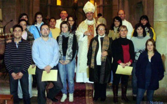 Bendición de familias que esperan un hijo,junto al obispo
