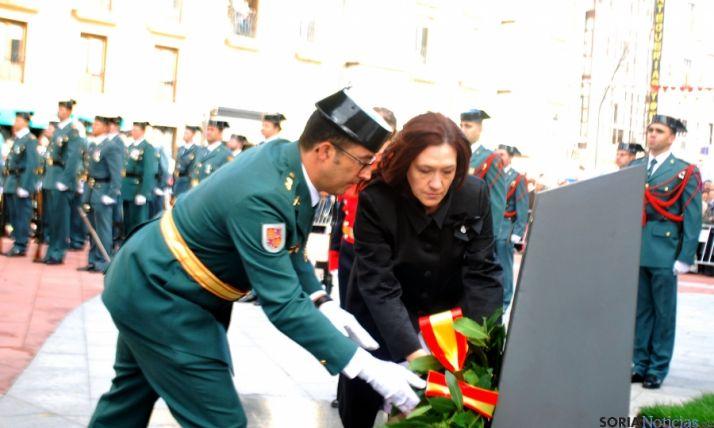 María José Heredia, colocando este domingo una corona de laurel a los caídos. / SN