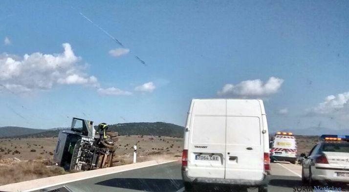 El camión, fuera de la calzada tras el accidente. / SN