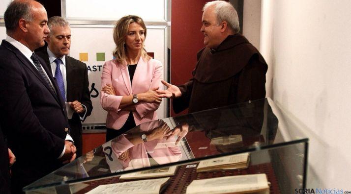 Alicia García, con el vicario de los Carmelitas Descalzos, Emilio José Martínez.