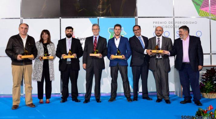 Imagen de familia de los premiados en esta edición de los premios Cossío. / Jta.