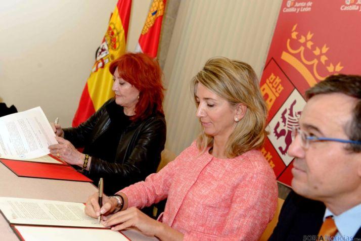 Sheila Cremaschi (izda.) con la consejera Alicia García en la firma del convenio.