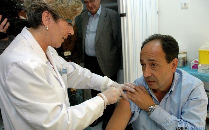 El delegado de la Junta, Manuel Lopez, recibiendo la vacuna. / Jta.
