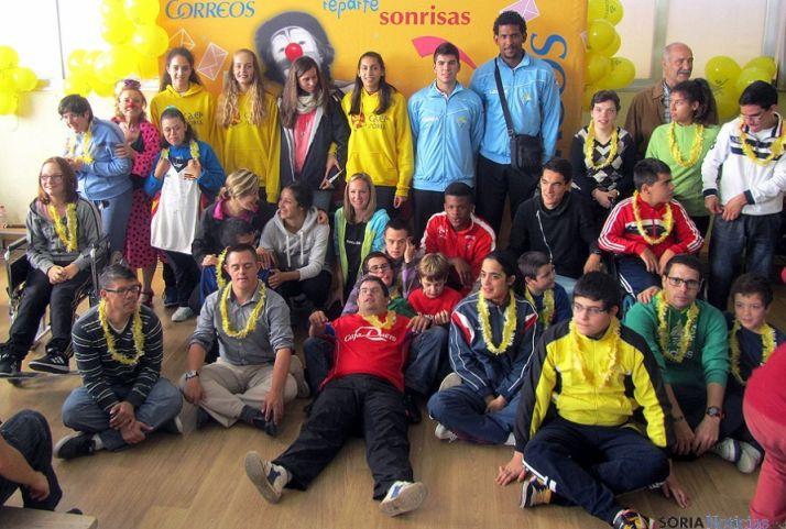 Imagen de grupo de los alumnos con los jugadores de voley. / SN