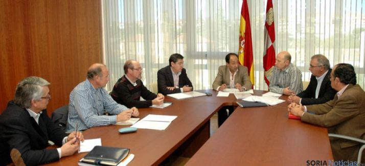 El delegado territorial, (ctro.) en la reunión este viernes para la viabilidad invernal. / Jta.
