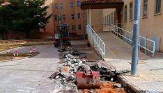Obras para la instalación de la red de calor en el hospital.