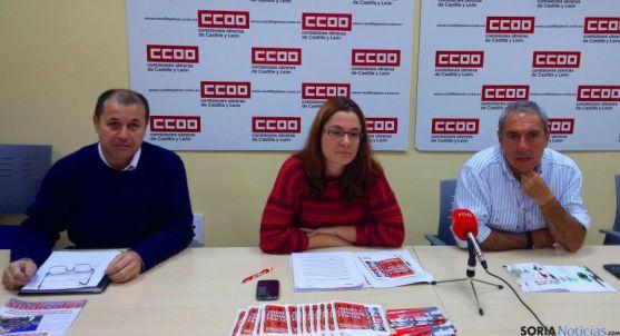 Miembros de CC OO explicando la campañana.