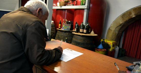 Un cliente firmaba este viernes su apoyo a mantener el edificio. / SN