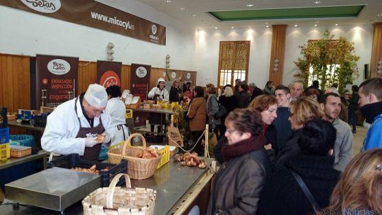 Público en el Mercasetas de la localidad pinarega. / Cesefor