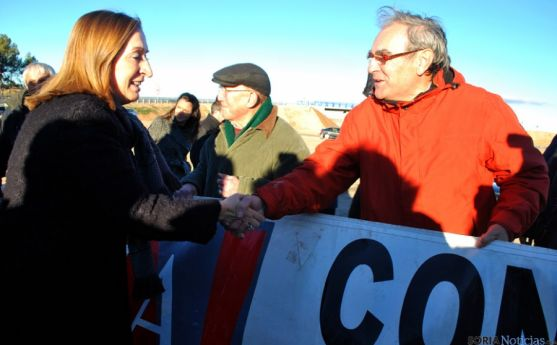 La ministra con uno de los miembros de la Soria Ya en su última visita a Soria.