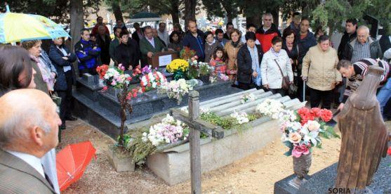 Una de las inhumaciones en el cementerio de San Esteban.