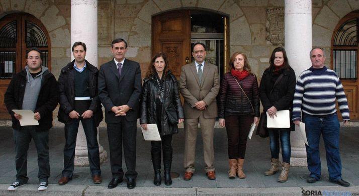 López y Pardo con los alumnos y el profesor del programa. / Jta.