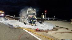 Los bomberos de Ólvega en las labores de extinción.