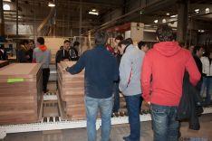 Los alumnos en la fábrica pinariega.