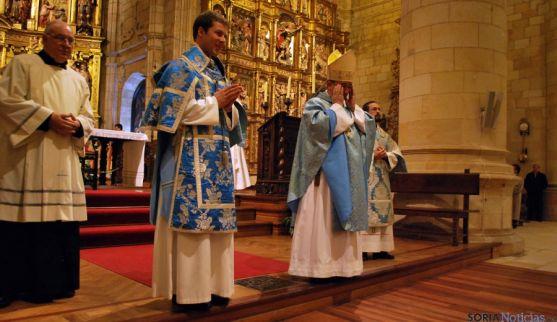 Pedro Luis, en el centro, con la dalmática tras ser ordenado diácono. / SN