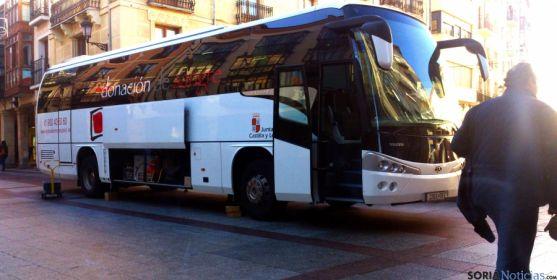 El autobús de donaciones en la plaza del Rosel, en la capital. / SN