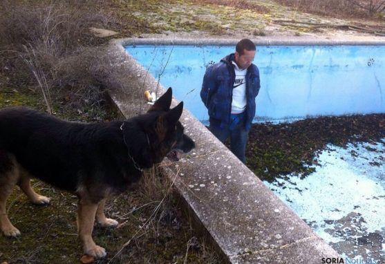 Víctor L.S.M., en el lugar donde ha sido encontrado. A la izquierda, Benny, el pastor alemán que detectó al hombre. / GC