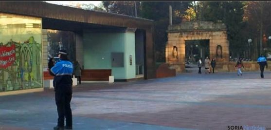 La Policía Local controlando esta zona helada de Mariano Granados. / SN