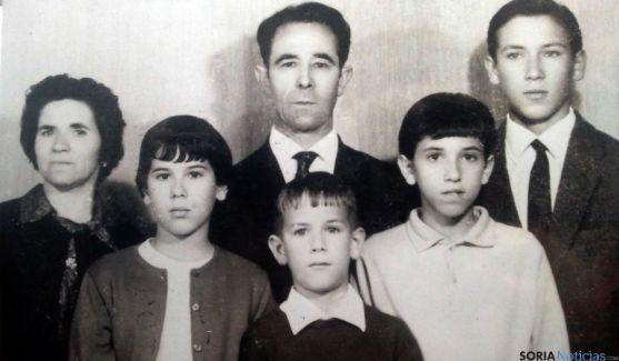 Silvestre, en el centro, encabezando su familia. / SM