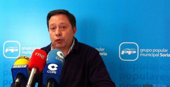 El concejal popular Adolfo Sainz en rueda de prensa.