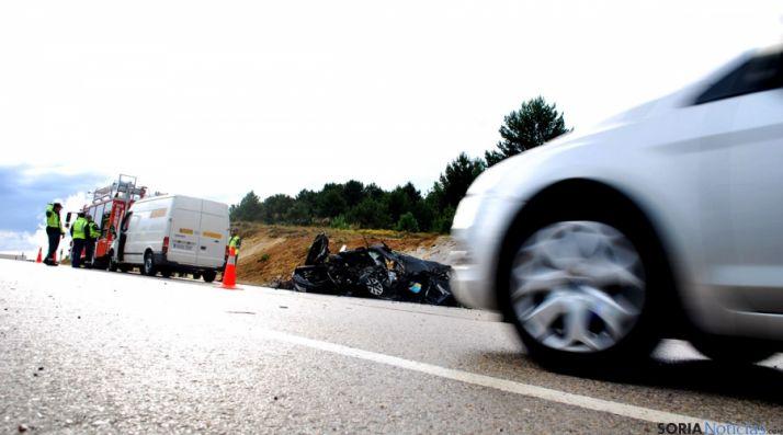 La colisión entre un turismo y un camión produjo dos fallecidos en Carbonera. / SN
