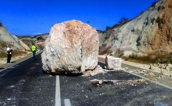 La roca desprendida este verano en la N-122 en Langa. / SN