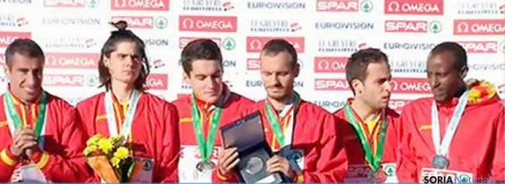 Dani Mateo en el podio con el resto de atletas