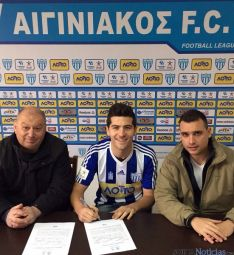 Bonilla con el presidente y el director técnico del club. / SN