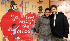Cisneros (dcha.) con el joven Marlon, en la presentación de la campaña.