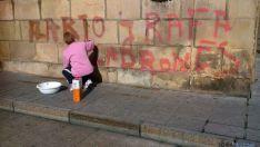 Labores de limpieza del grafiti.