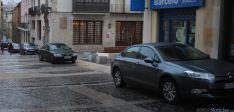Algunos de los vehículos aparcados frente al Machado y en la plaza del Vergel. / SN