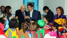 Ruiz Liso con la delegación nipona y niños del colegio.