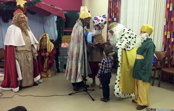 Los Reyes, en sus visitas a las residencias. / SN
