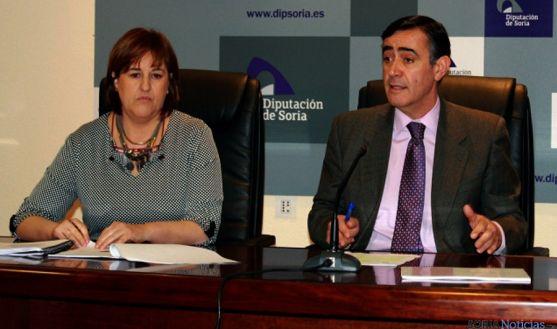 Antonio Pardo, con Isabel Jiménez, asesora jurídica de Servicios Sociales. / Dip.