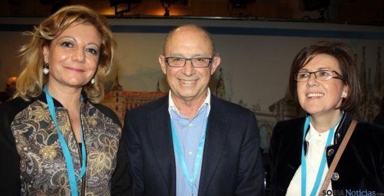 Ascensión Pérez, (izda.), Cristóbal Montoro y Marimar Angulo.