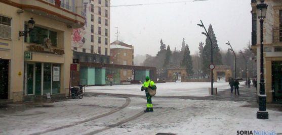 Un operario echando sal en el centro de Soria