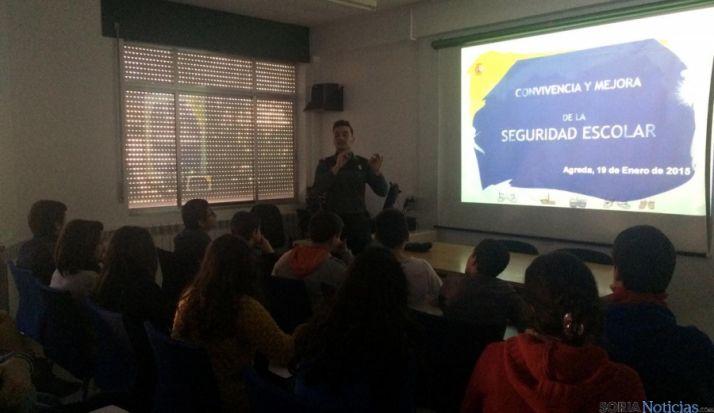 Un agente imparte una charla a los estudiantes.