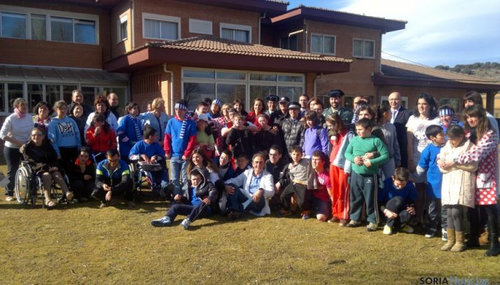 Imagen de familia de alumnos y autoridades en la entrega del premio. / Subdeleg.
