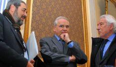 Alfonso Guerra, en el centro, flanqueado por Carlos Arganzo (izda.) y por Manuel Núñez. / SN