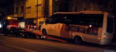 Uno de los autobuses urbanos remolcado el pasado 17 de enero. / SN