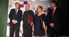 Pardo, a la izda. con los premiados y el alcalde de Olvega.