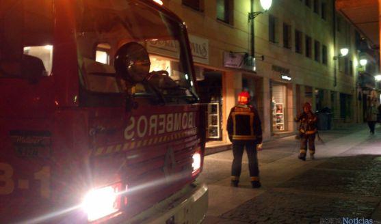Los bomberos en la calle Teatinos. / SN
