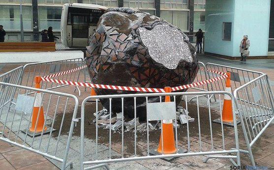 La enorme trufa, en la céntrica plaza de Soria. / SN