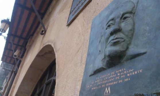 Placa de Machado en la plaza Mayor