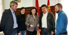 Miembros de APAF con la subdelegada (ctro.).