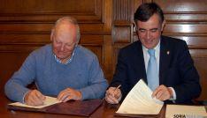 Catalán (izda.) y Pardo firman el acuerdo. / Dip.